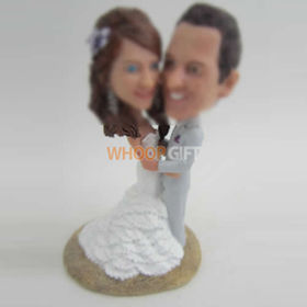 Personalized custom bobbleheads of wedding cake